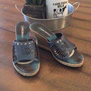 Nine West size 8 wedge sandals blue